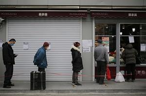 Wuhan, Cina, gente per strada con la mascherina anti-covid