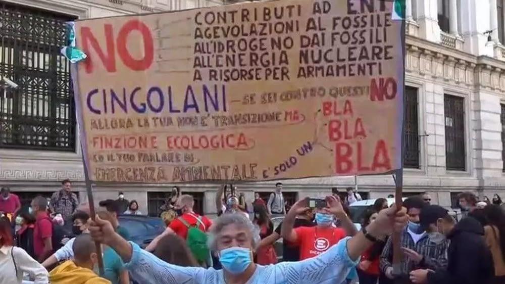 Milano, sciopero per il clima, i giovani protestano contro l'immobilismo dei governi