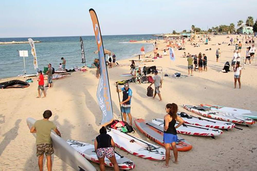 microalga - Bari surfisti sulla spiaggia di Pane e pomodoro