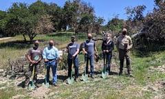 Tik Tok - Il membro del Congresso Jimmy Panetta della California, pianta alberi insieme con volontari di One Tree Planted